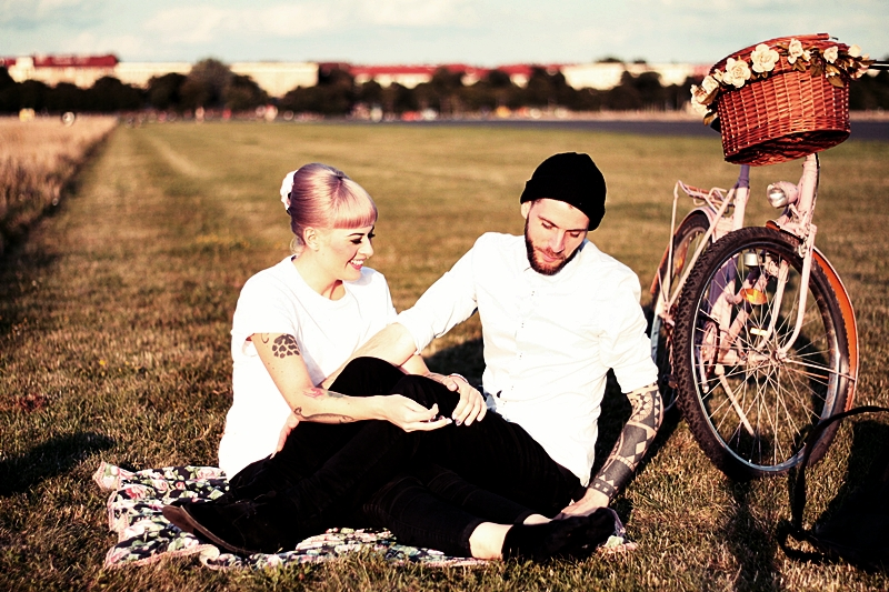 LOVE_BERLIN_COUPLE_FUN_TEMPELHOFER_FELD_PÄRCHEN_SPASS_TATTOOS_VINTAGE_FAHRRAD_BIKE_ROSA_FLOWERS_WHITE_HAIR_PIN_UP_50S_MAKEUP (6)