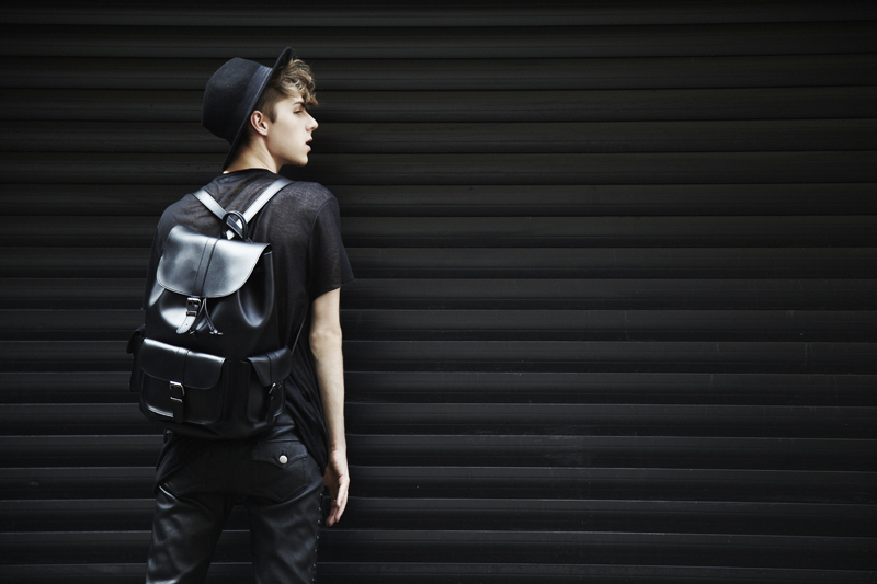 mikkoputtonen_fashionblogger_outfit_aldo_leatherpackback_isabelmarantpourHM_leatherpants_topman_hat_allblack_style_london_tigerofsweden_7_web