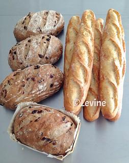 Desembrood met rozijnen, koekkruiden en pecannoten en stokbrood met desem