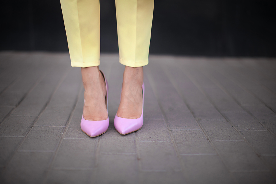 yellow-pants-combinations-outfit-ideas-semilla-pink-shoes