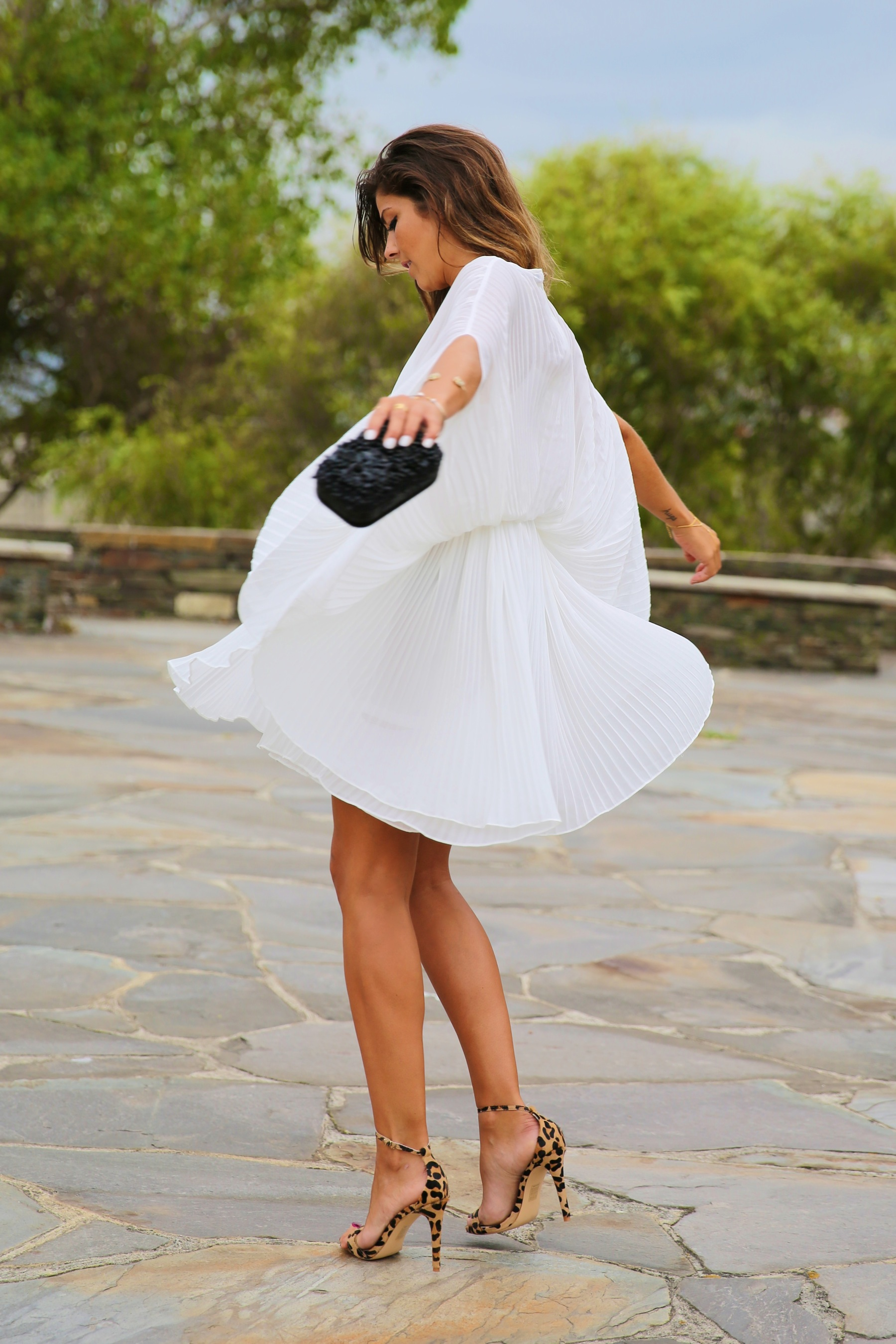 trendy_taste-look-outfit-street_style-fashion_spain-moda_españa-blog-blogger-vestido_blanco-white_dress-müic-jewels-joyas-leo_sandals-sandalias_leopardo-clutch_pedreria-10