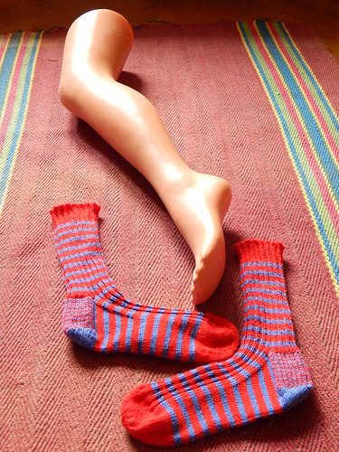 сине-красные полосатые носки ЦСКА, связаны на спицах из Пехорского детского каприза | Хорошо.Громко.