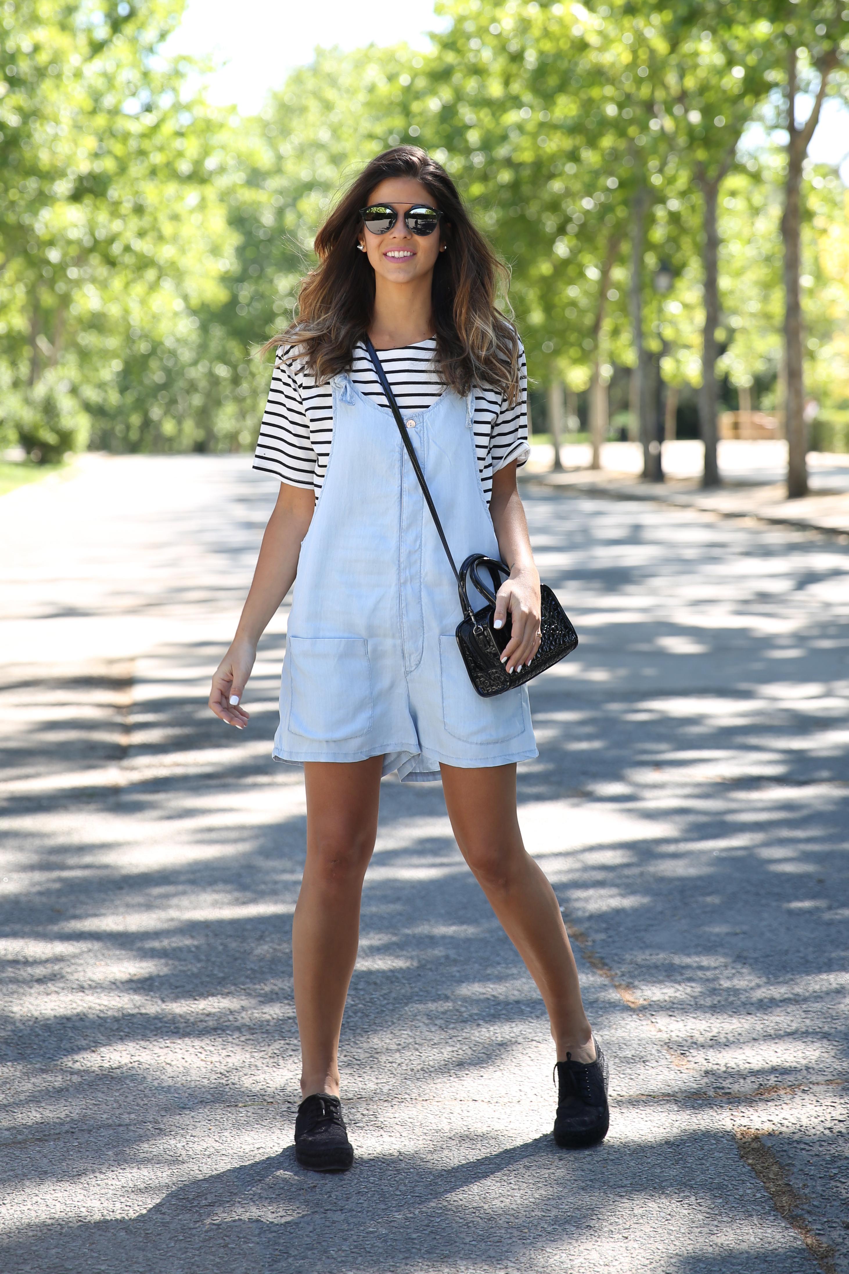 trendy_taste-look-outfit-street_style-ootd-blog-blogger-fashion_spain-vaquero_claro-peto_vaquero-tirantes-striped_tee-camiseta_rayas-marinero-dior_sunnies-gaimo-15