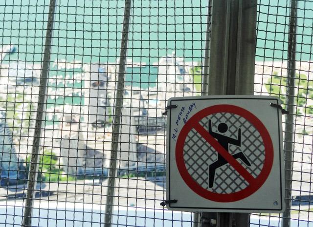 dont-climb-wire-meshing