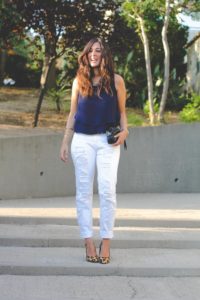 look del blog de moda sentadaenprimerafila con ripped jeans blancos y camisa azul marino de vuelo