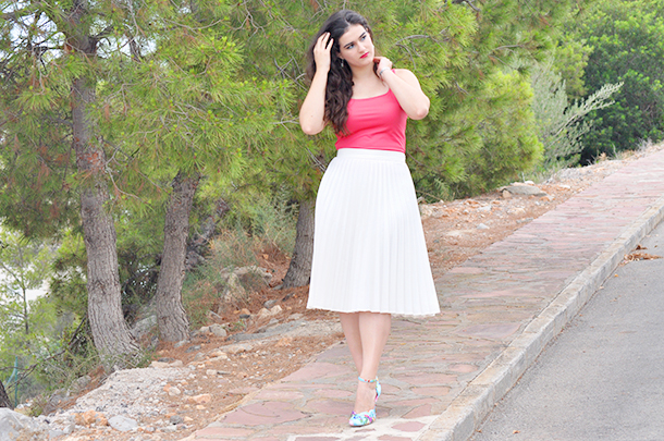 something fashion valencia blogger moda spain, metallic blue eyeliner, zara pleated white skirt top pink, zalando flower shoes cat eye makeup summer outfit beach curly waves long hair