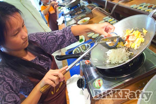 cooking pad thai at naj thai cooking school in bangkok