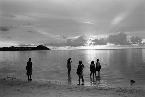 タモンビーチの夕日に辿り着いた少女たち。