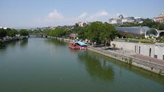 Widok z Mostu Pokoju, rzeka Kura Mtkvari, po prawej na górze Pałac Prezydencki, Tbilisi.