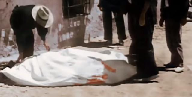 Cadáver de un fusilado por los republicanos cubierto por una sábana. Captura de un vídeo real a color de la Guerra Civil en Toledo en el verano de 1936
