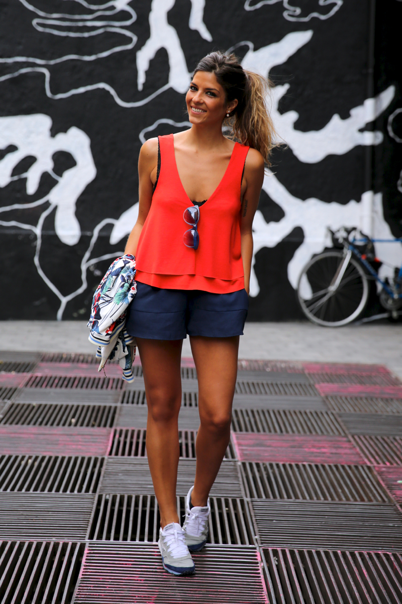 trendy_taste-look-outfit-street_style-ootd-blog-blogger-fashion_spain-moda_españa-sneakers-saucony_originals-sport-trainers-zapas-tommy_hilfiger-sunnies-red_top-top_rojo-bomber_flores-10