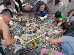 淨灘志工將收集到的垃圾分類