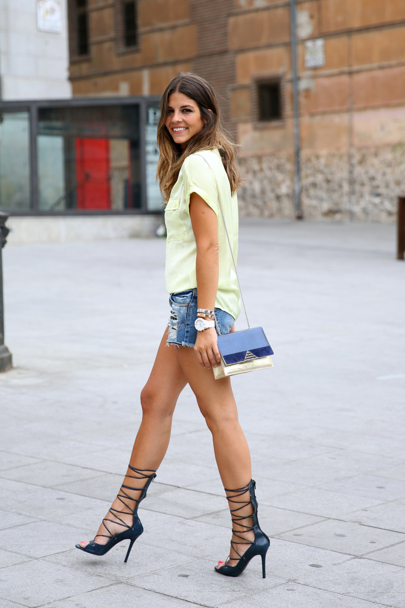 trendy_taste-look-outfit-street_style-ootd-blog-blogger-fashion_spain-moda_españa-yellow_blouse-camisa_amarilla-denim_shorts-shorts_vaqueros-sandalias_romanas-gladiators-mas34-folli_follie-13