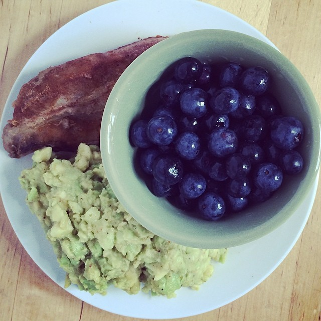 Day 11, #Whole30 - lunch (leftover ribs, fresh guacamole, blueberries, & tangerine seltzer)