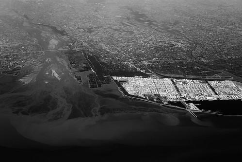 面積超過一萬公頃的六輕如匍匐在濁水溪出海口的巨獸。(鐘聖雄攝,2012,衛城提供)