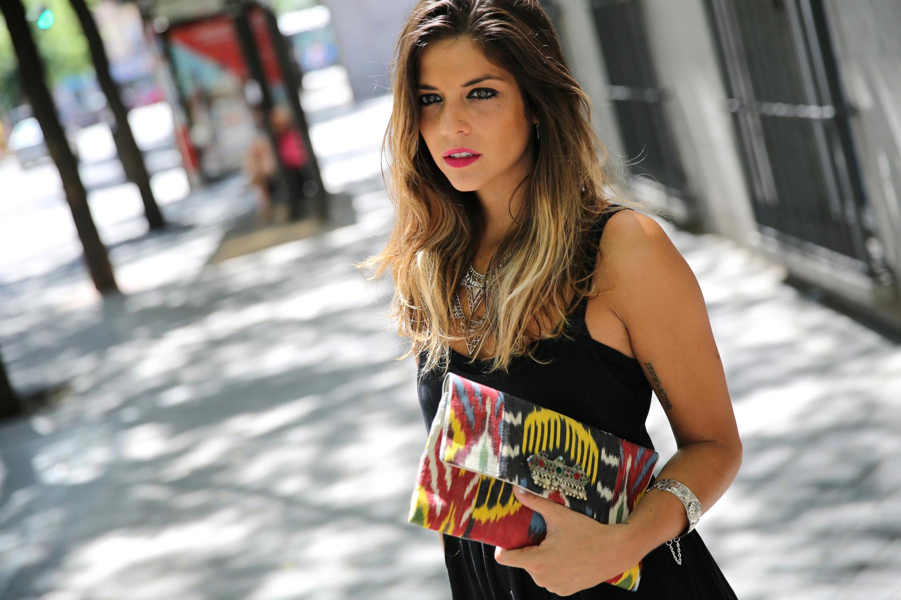 trendy_taste-look-outfit-street_style-ootd-blog-blogger-fashion_spain-moda_españa-ugg_australia-clutch_etnico-vestido_negro-black_dress-brandy_melville-3