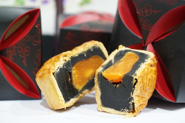 shangri la mooncake 2014 - black sesame mooncake