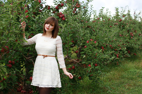apple orchard, apple orchard outfit, apple picking outfit, apple picking, autumn makeup, autumn outfit, fall makeup, apple orchard photoshoot, apple orchard photos, autumn fashion