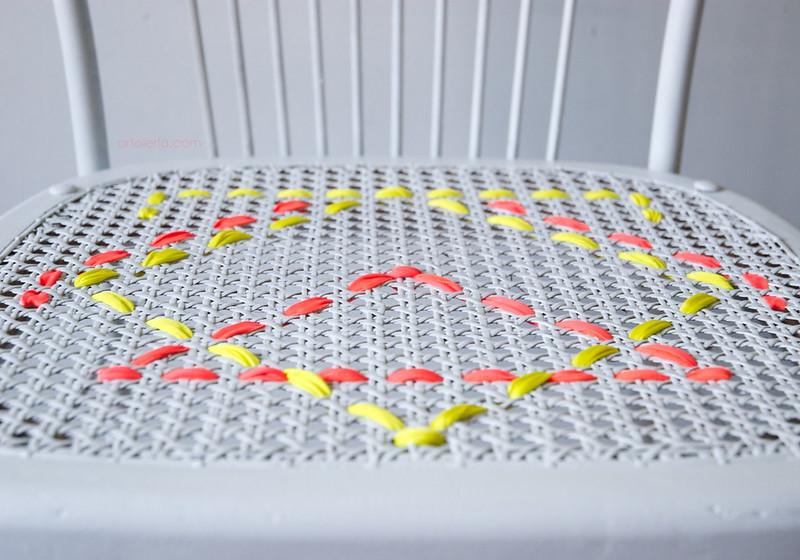 sedia decorata a ricamo geometrico artoleria
