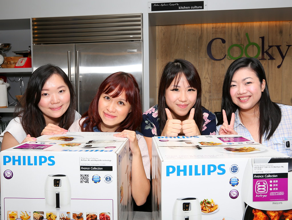Taking photo with new friends in Make Sio Bak Using Philips Airfryer event