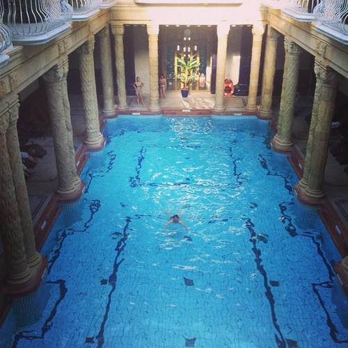 En @lienweb zwemt in een beroemd bad...