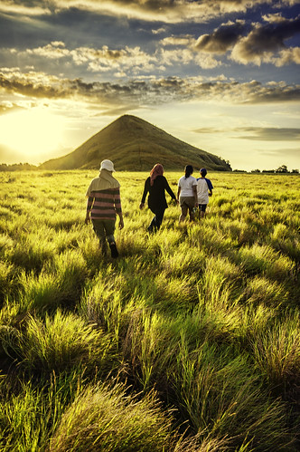 trip travel vacation people tourism grass vertical trekking indonesia landscape women hiking sony hill group sigma adventure journey humaninterest sumbawa ntb 19mm nusatenggarabarat nex5 nex5r