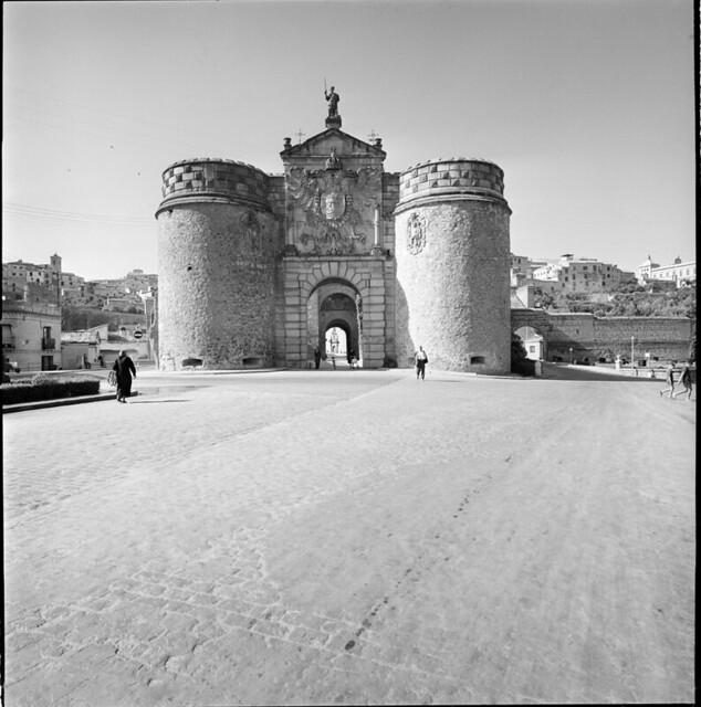 Puerta de Bisagra en los años 50. Fotografía de Francesc Catalá Roca © Arxiu Fotogràfic de l'Arxiu Històric del Col·legi d'Arquitectes de Catalunya. Signatura B_13486_1147