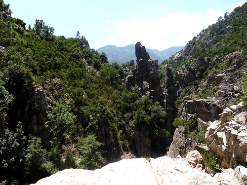 En haut de la cascade d'arrivée du contournement de la 3ème cascade du Niffru avec le col franchi juste en face