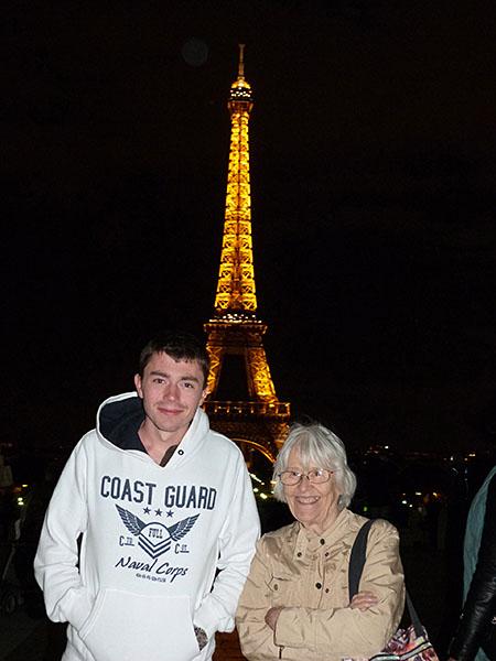 lala et clem dvt Tour Eiffel