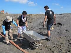 志工搬運砂石。南布袋濕地鱟生態復育池工作假期,鋪設紅磚步道
