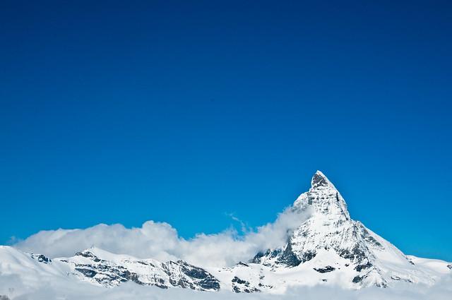 アルプス山脈に属するマッターホルンとリッフェル湖の風景
