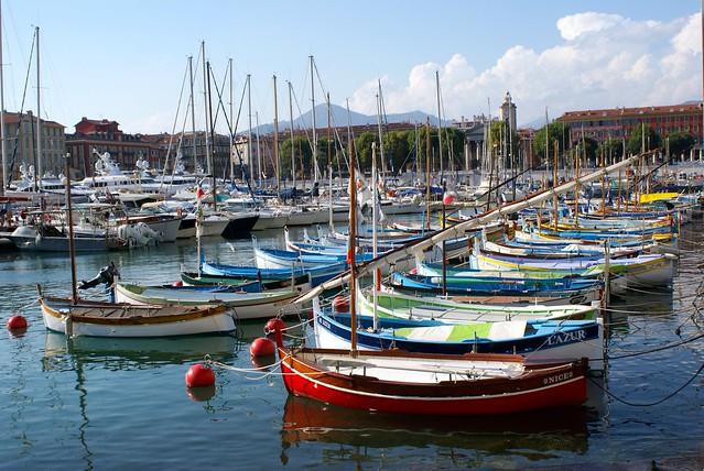 Port du Vieux Nice. Ses belles barques de pêcheurs et ses yachts démesurés...