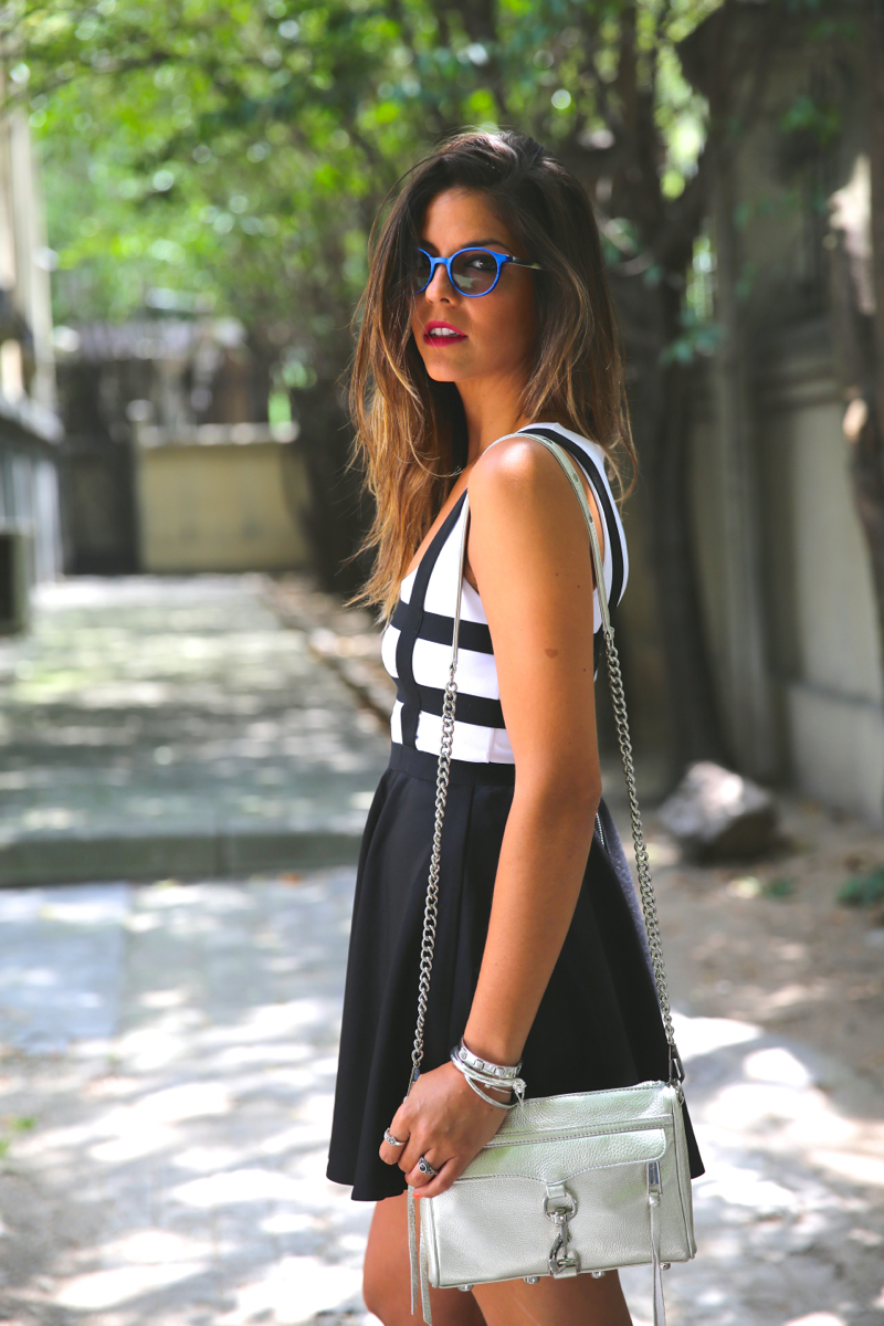 trendy_taste-look-outfit-street_style-ootd-blog-blogger-fashion_spain-moda_españa-natalia_cabezas-rocky-botas_moteras-steve_madden-silver_bag-bolso_plata-transition-vestido_rayas-striped_dress-4