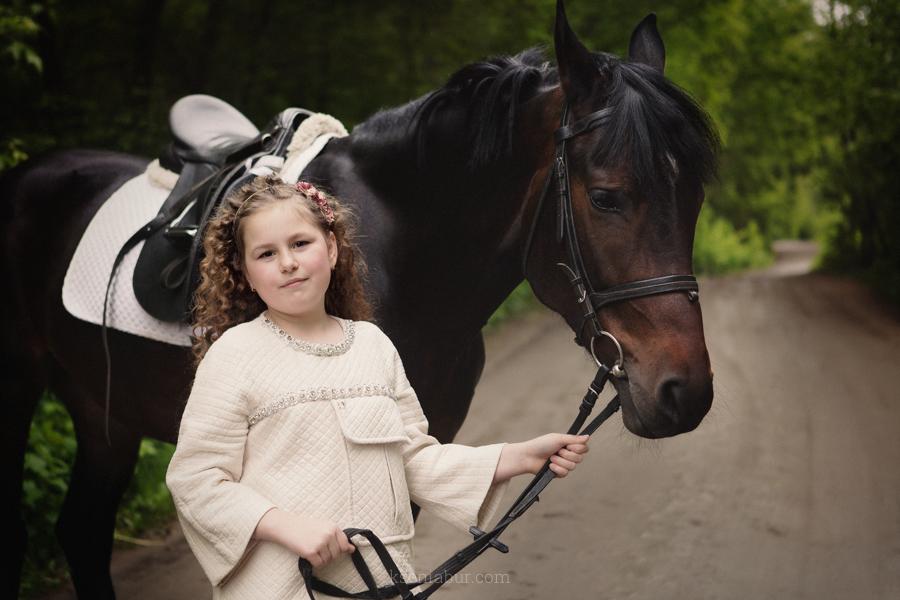 Семейная фотосессия в парке с лошадью