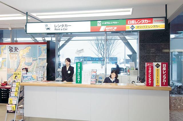 Стойка с Rental Car в местном аэропорту Японии