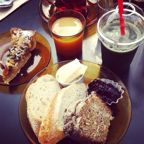 Brunchens tre viktigaste bröd: surdegsbröd, rågbröd och toscakaka. #vadveganeräter