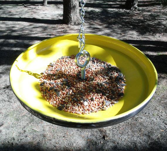 Comedero de pájaros de Starling Ink realizado con un viejo tapacubos reciclado