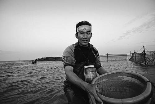 濁水溪出海口的捕鰻人。據說以前冬天入夜後的濁水溪出海口像夜市一樣熱鬧,許多人都來補撈鰻苗補貼家用,漁人頂著漲潮滅頂的危險,一晚可能有幾萬尾收穫,但隨著離島工業區的設置,出海口生態的劇變已使鰻苗逐漸消失,但還是有勤奮的漁人來找機會。(許震唐攝,衛城提供)