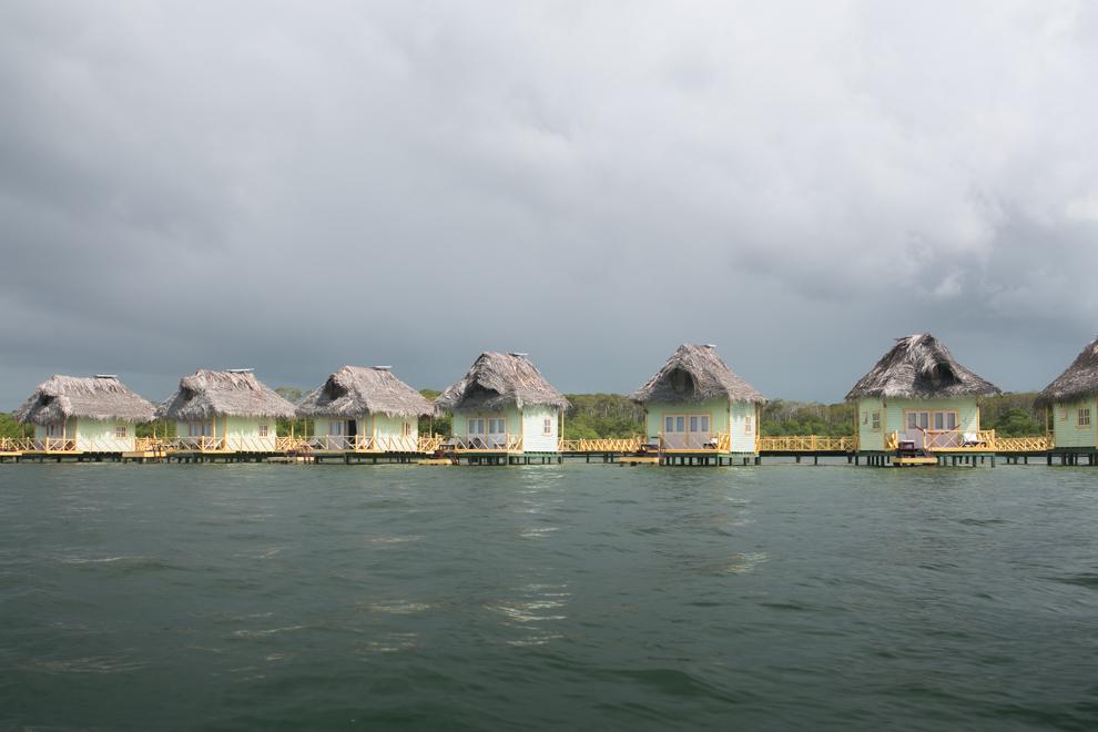 Varias de las islas mas pequeñas ofrecen a los visitantes pintorescos bungalows construidos sobre el mar. (Tetsu Espósito)