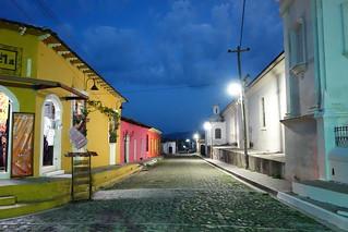 Rua no centro da vila colonial de Sochitoto em El Salvador