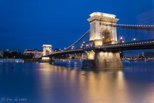 blue light europe hungary budapest hungría chainbridge