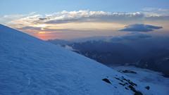 Widok na wschodzace słońce, z namiotu powyżej Skał Pastuchova na 4700m.