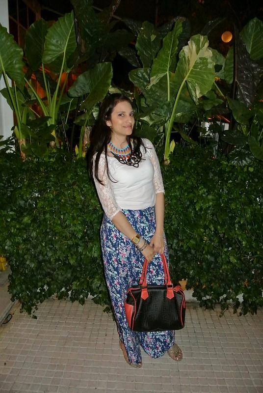 look con pantalones palazzo en estampado floral , blusa con mangas de encaje y collar étnico en jfashion.co