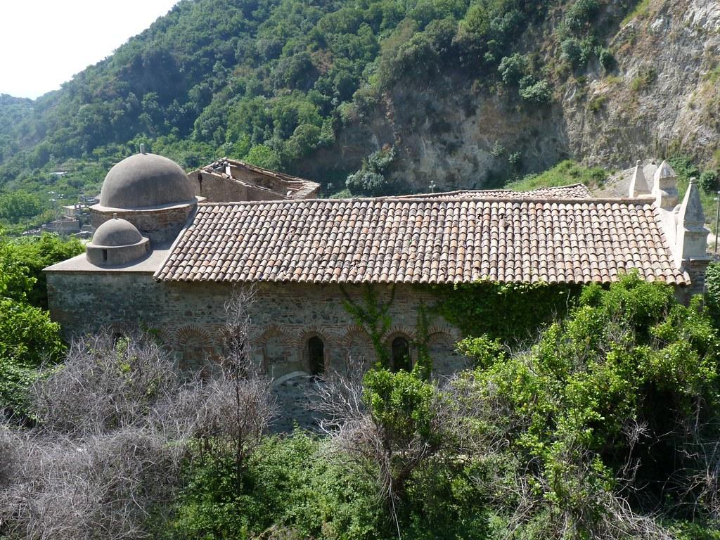 la chiesa, al centro del complesso abbaziale