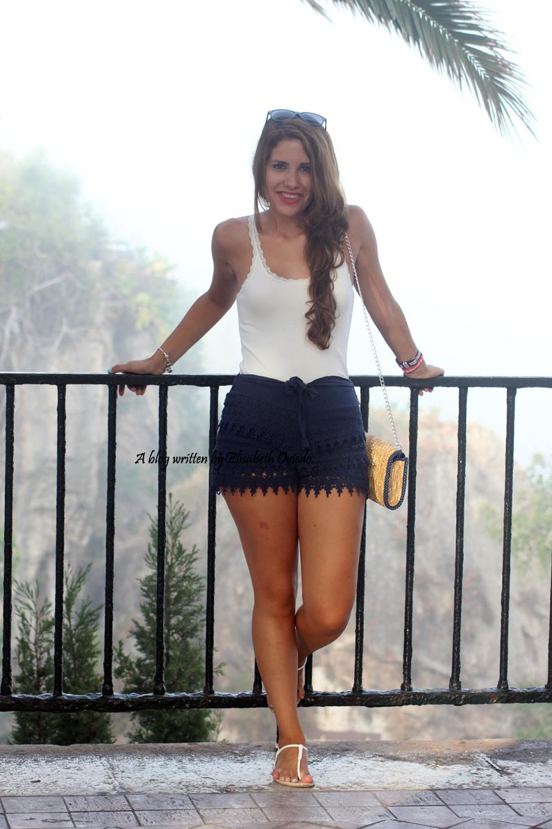 shorts-de-encajes-azules-por-Nerja-HEELSANDROSES-(2)