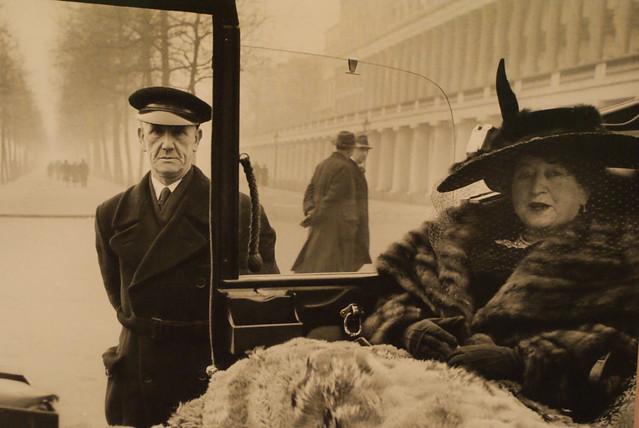 Photo d'une riche femme et de son chauffeur à Londres
