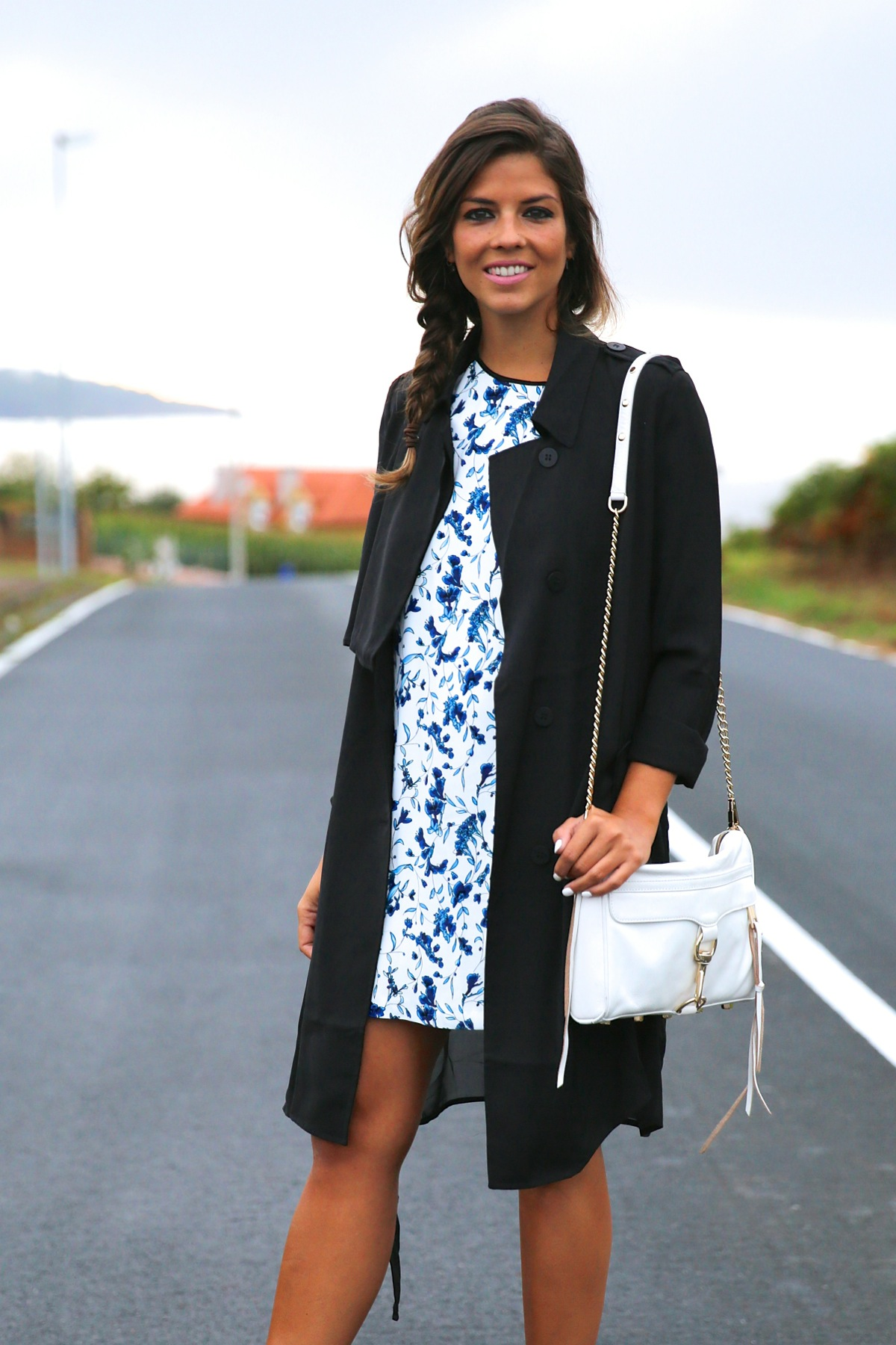 trendy_taste-look-outfit-street_style-ootd-blog-blogger-fashion_spain-moda_españa-combat_boots-botas_rock-parka-kimono-bolso_blanco-white_bag-galicia-vestido_flores-flower_print-dress-13