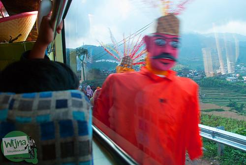 Semarak ondel-ondel di pawai 17 agustus di sepanjang perjalanan menuju Dieng, Jawa Tengah
