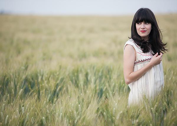 barley field, wheat, fashion blogger, israeli fashion blogger, אפונה בלוג אופנה, אאוטפיט בשדה חיטה, שמלה רקומה
