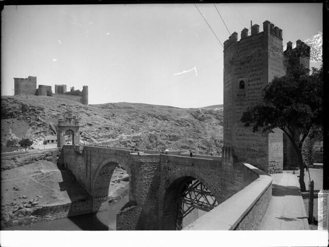 Puente de Alcántara a comienzos del siglo XX. Fotografía de J. Lacoste © MECD, Fototeca del IPCE, signatura VN-22539_P